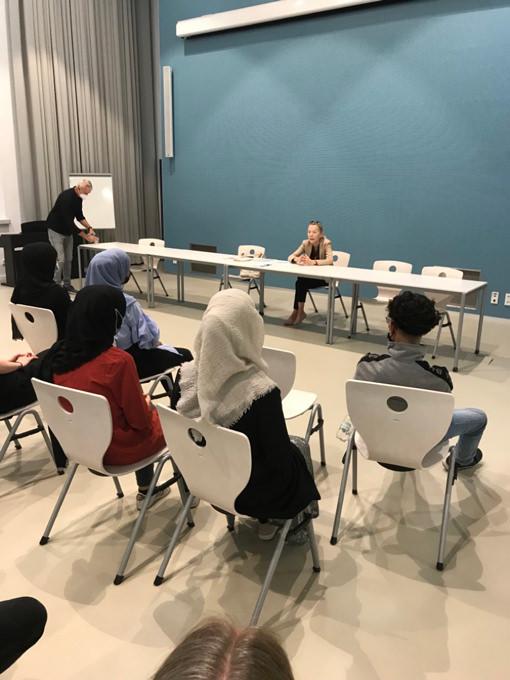 Gunda Trepp diskutiert mit Schülern über jüdisches Leben